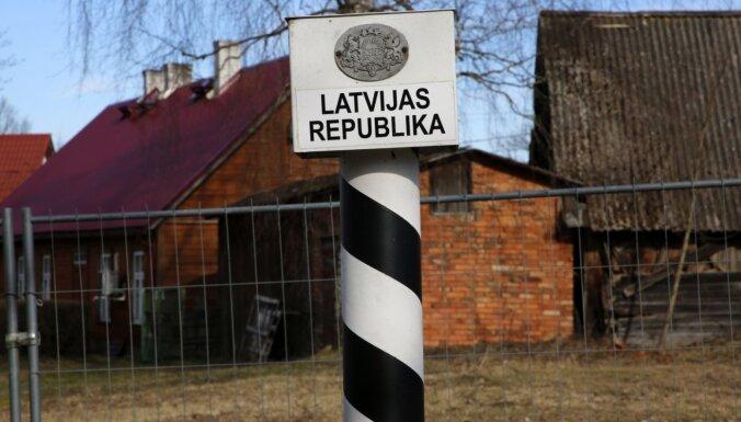 За месяц в Латвию приехало 40 тысяч человек, которым нужно самоизолироваться. Кто и как их контролирует?