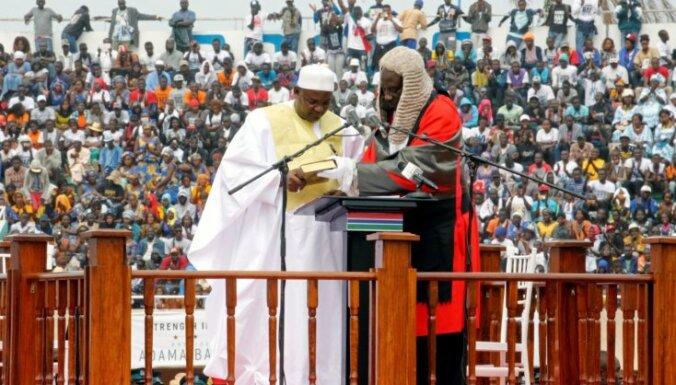 Foto: Ļaužu pārpildītā stadionā Gambijā amatā stājas jaunais prezidents