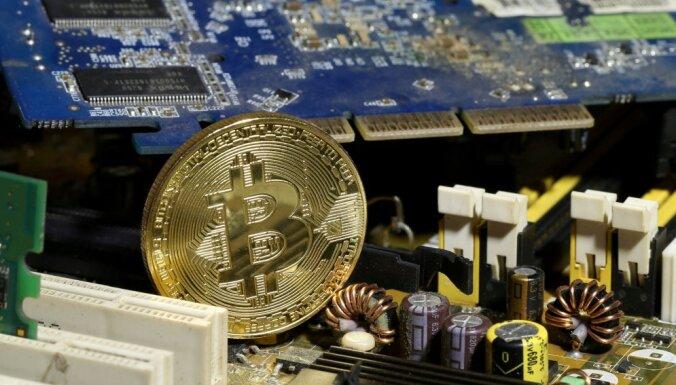 'Bitcoin' vērtība pirmo reizi pārsniedz 62 000 dolāru
