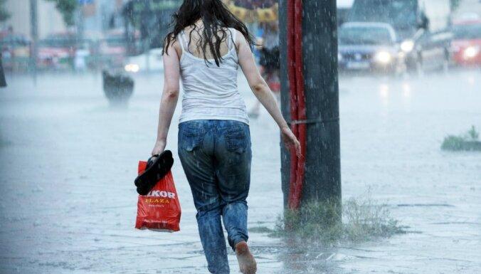 Ceturtdien gaidāmas pamatīgas pērkona lietusgāzes