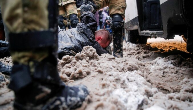 Navaļnija atbalstītāju protestos aizturēti vairāk nekā 10 000 cilvēku