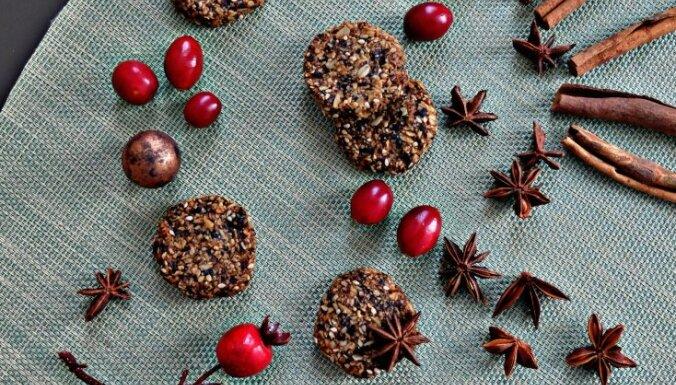 Овсяное печенье с черносливом, грушей и сезамом