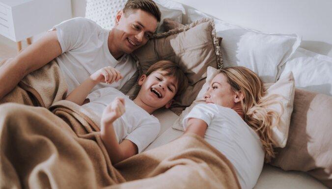 Spēcīgāka saikne un vairāk laika sev: plusi un mīnusi, audzinot vienu bērnu