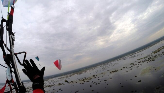 'Tie viens pēc otra pacēlās kā putnu bars' – finišē sestais paramotoristu lidojuma posms
