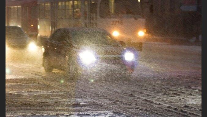 Sniega dēļ Rīgas reģionā jau notikuši 100 ceļu satiksmes negadījumi
