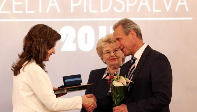 Foto: Rīgas labākos skolotājus sumina ar 'Zelta pildspalvu'; skolēnus – 'Zelta stipendiju'