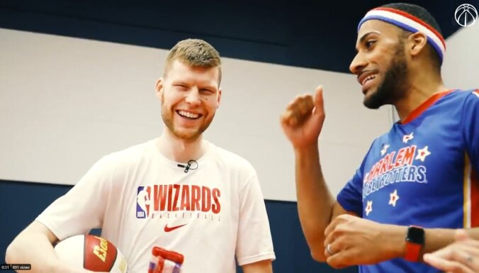 Video: Dāvis Bertāns pieveic 'Globetrotters' basketbolisti četru punktu metienos
