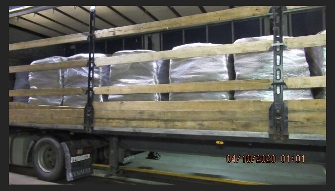 ФОТО. В грузах с древесными гранулами и макаронами нашли 2,7 млн. сигарет