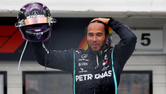 Hamiltonam Silverstonas trasē karjeras septītais 'pole position'