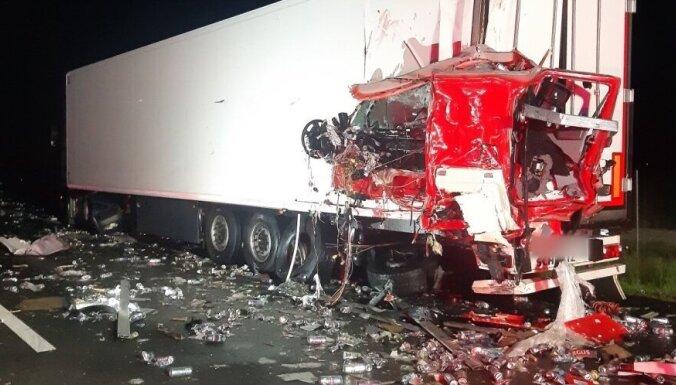 ДТП на дороге Via Baltica: на дорогу вывалился груз пива