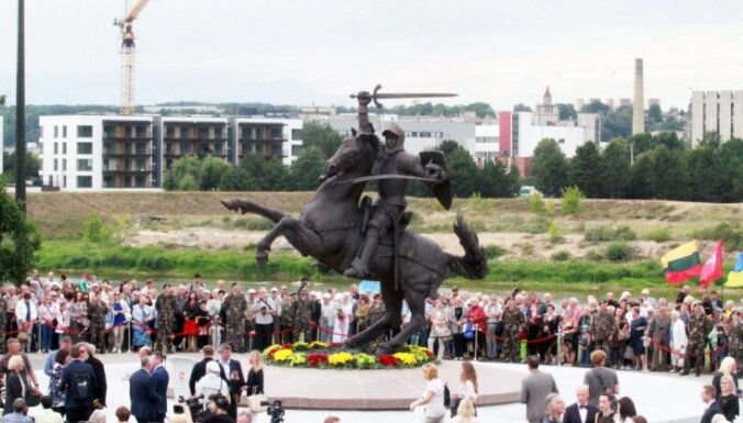 """В Каунасе открыта скульптура """"Воин свободы"""", вызвавшая критику и дискуссии"""