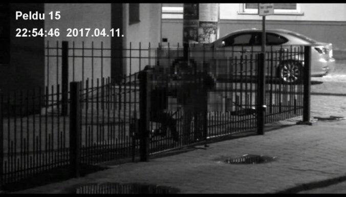 Пьяные британские туристы сломали ворота гимназии в Вецриге
