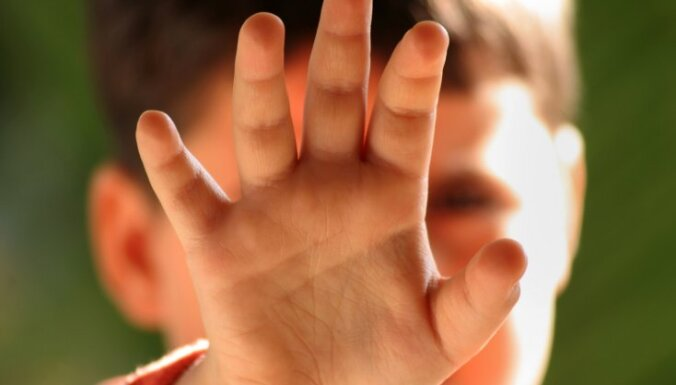 Зиепниеккалнс: отец ударил 7-летнюю дочку в живот, отчим избил костылем падчерицу