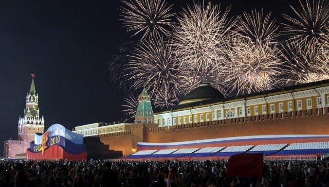 Ar vērienīgu militāro parādi Sarkanajā laukumā Krievija atzīmēja 65. gadadienu kopš uzvaras Otrajā pasaules karā.