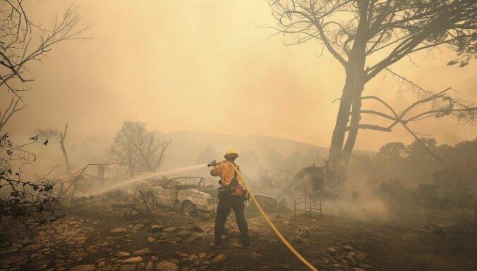 Kalifornijas meža ugunsgrēks atzīts par plašāko štata vēsturē