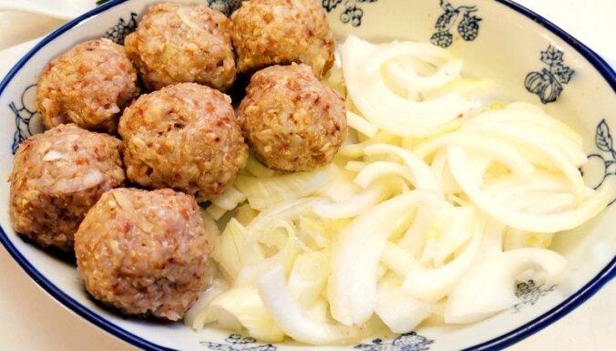 Maltās gaļas un griķu bumbiņas sīpolu mērcē