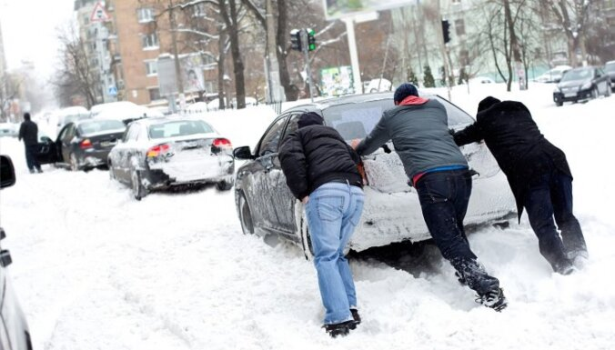 Sniega dēļ visā valstī vietām apgrūtināta braukšana