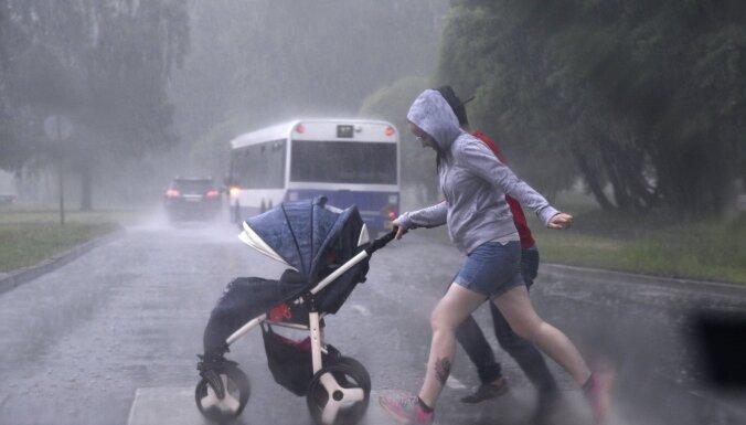 Во вторник в Латвии ожидаются интенсивные ливни, град и сильный ветер
