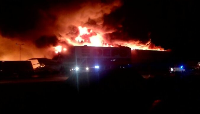В Резекне открытым пламенем горел магазин Depo: площадь пожара составила 13 500 квадратных метров
