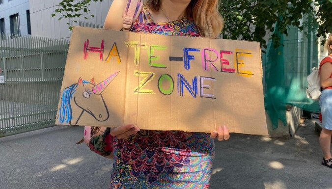 Pie Polijas vēstniecības piketē LGBT aizstāvji
