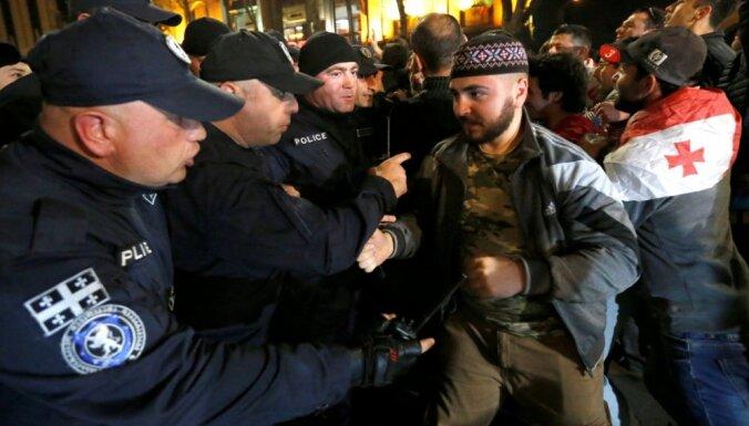 Pretnarkotiku reidi izraisa spontānus protestus Gruzijā; policija nojauc demonstrantu telšu pilsētiņu