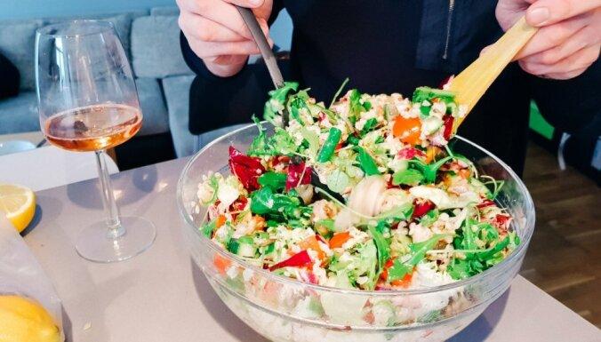 Dārzeņu salāti ar vistu, bulguru un spirgtu laima mērci