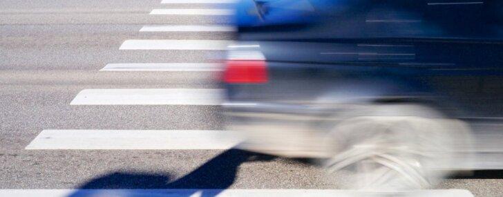 Annenieku pagastā apgāžas 'Škoda'; Rīgā 'Renault' uz gājēju pārejas uzbrauc zēnam