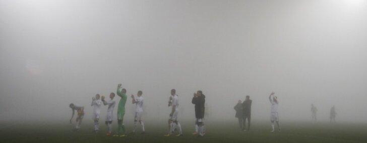 UEFA Eiropas līgas spēli Olomucā pārtrauc spēcīga migla