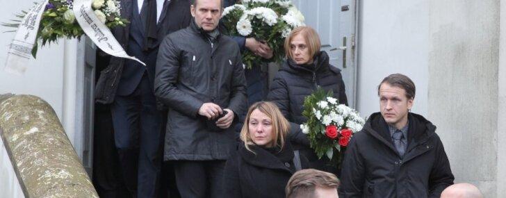 Foto: Tuvinieki un kolēģi atvadās no režisora Kārļa Auškāpa