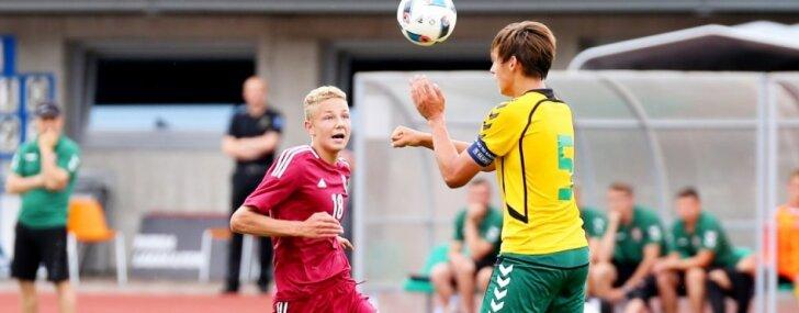 Foto: Latvijas U-17 futbolistiem vienaudži no Lietuvas izrādās pārāk ciets rieksts