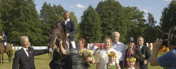 Foto: Igaunis Pills uzvar Rīgā aizvadītā PK jāšanas sportā 'Grand Prix' maršrutā