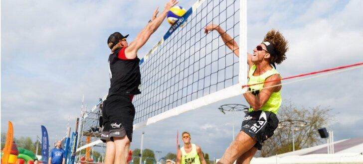 Foto: Brāļu Samoilovu un Šmēdiņu duelis jaunajā 'Lido' volejbola pludmalē