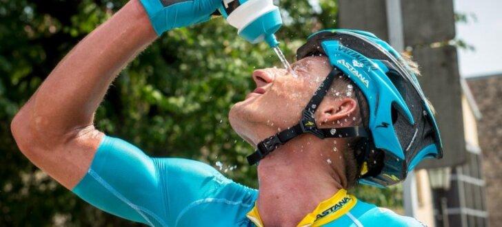 Foto: Latvijas labāko riteņbraucēju cīņas lielajā svelmē Cēsu pusē