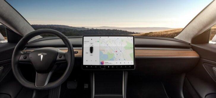 'Tesla' prezentējusi sērijveida 'Model 3' un izsniegusi to pirmajiem 30 klientiem