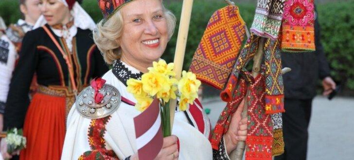 4. maija svinības Rīgā krāšņo gājiens 'Uzvelc tautas tērpu par godu Latvijai'