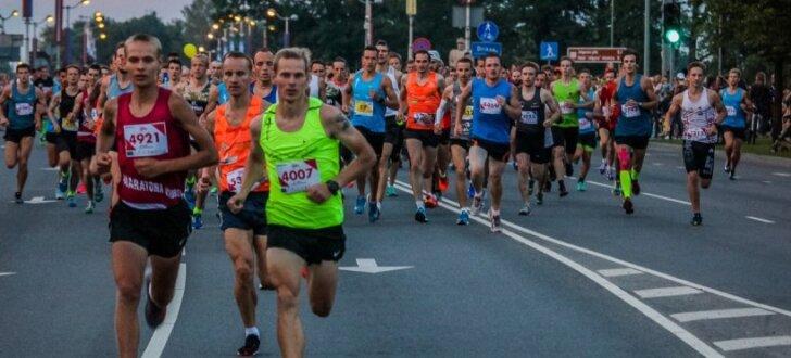 Foto: Jelgavas nakts pusmaratonā uzvar Girgensons un lietuviete Kiriļuka
