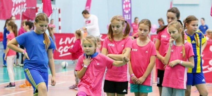 Foto: Ventspils uzņem gada noslēdzošo meiteņu futbola festivālu 'Live Your Goals'