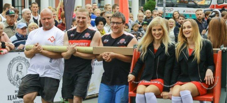Foto: Florbols un spēkavīru sacensības Rīgas pilsētas sirdī