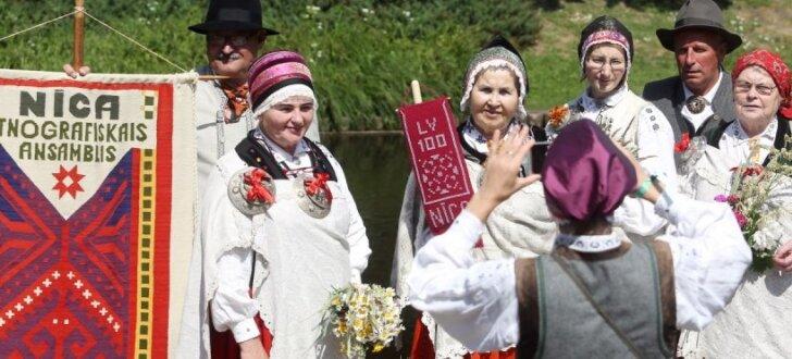 Ar novadu sadziedāšanos un gājienu Rīgā atklāts folkloras festivāls 'Baltica'