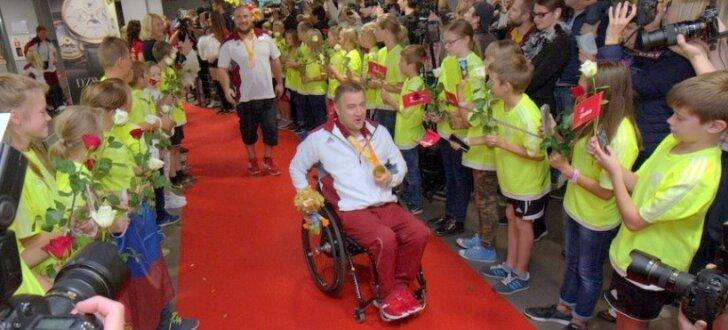 Foto: Kā zvaigznes mājās sagaidīti Latvijas paralimpieši