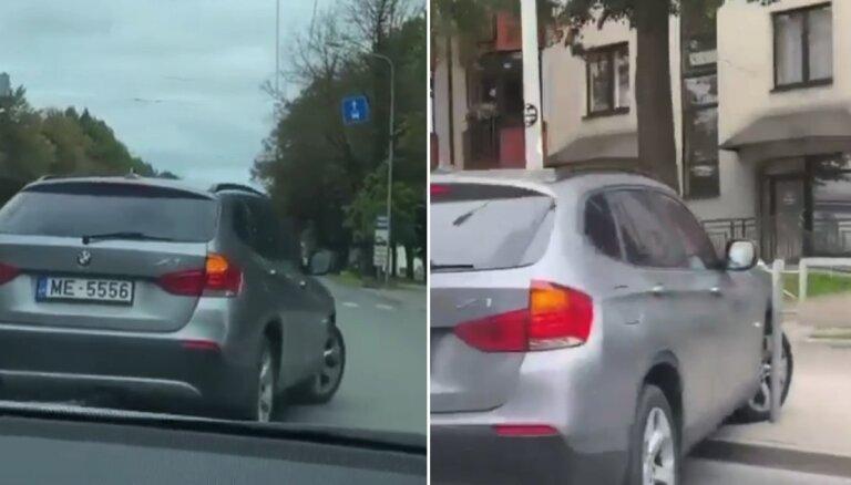 Video: Iereibusi BMW vadītāja Brīvības gatvē apstājas un tad iebrauc ceļa barjerā