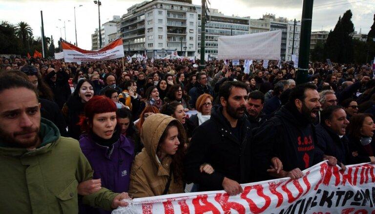 Grieķijā policisti ar asaru gāzi mazina skolotāju protestus