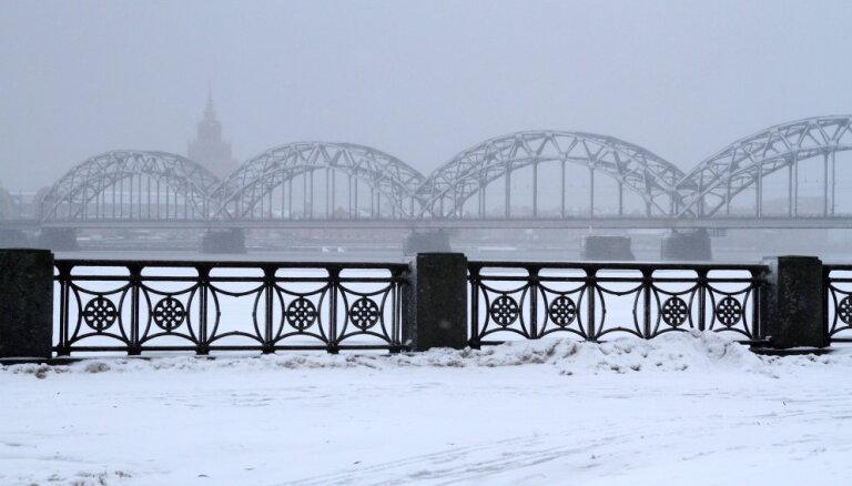 Из-за снегопада на улицах Риги затруднено движение транспорта