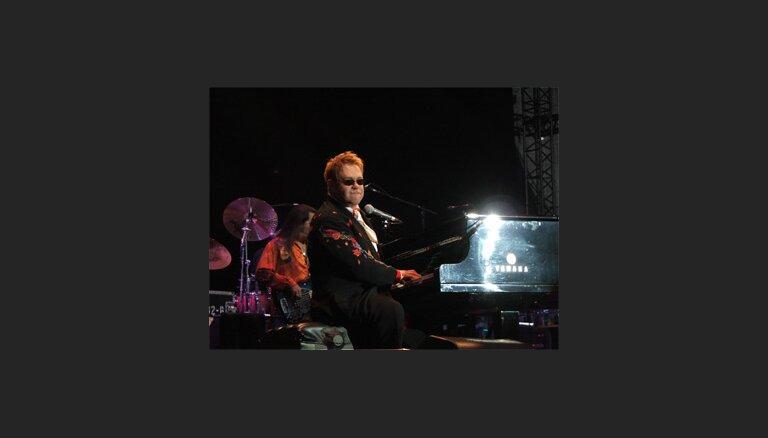 Eltons Džons dzied Leonīda Kučmas dzimšanas dienā