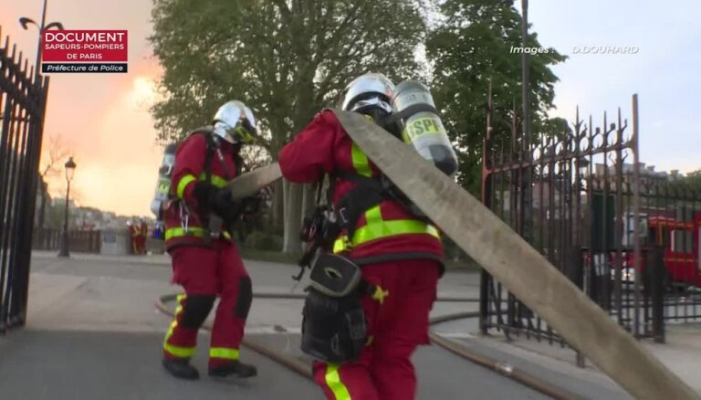 Kā ugunsdzēsēji centās glābt degošo Parīzes Dievmātes katedrāli