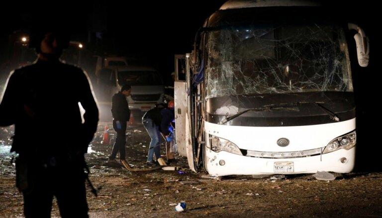 Foto: Ēģiptes piramīdu tuvumā saspridzina autobusu; četri mirušie