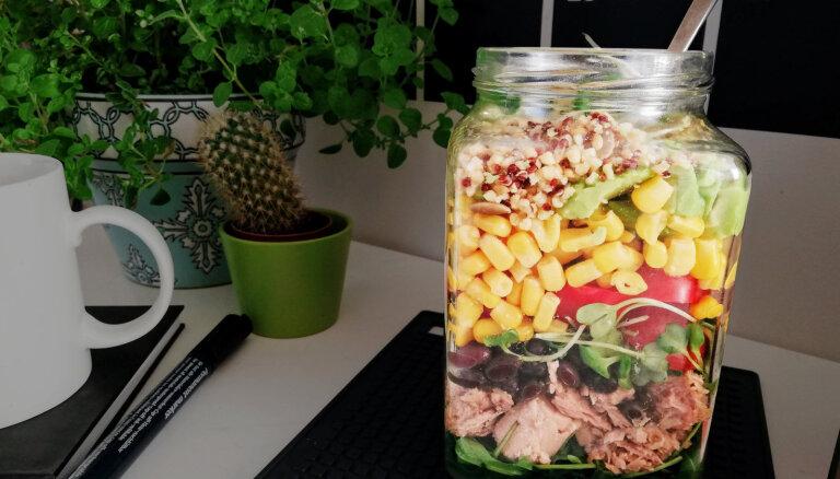 Kārtainie tunča salāti burciņā
