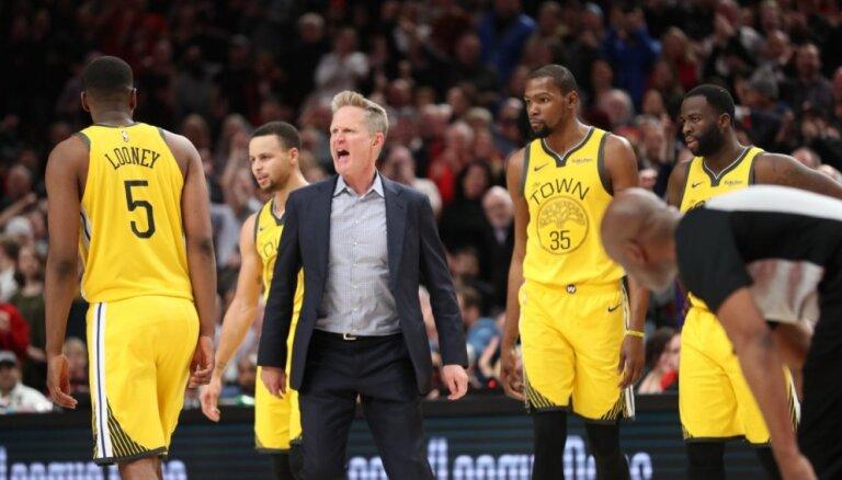 Video: NBA čempionu 'Warriors' trenerim Keram neiztur nervi