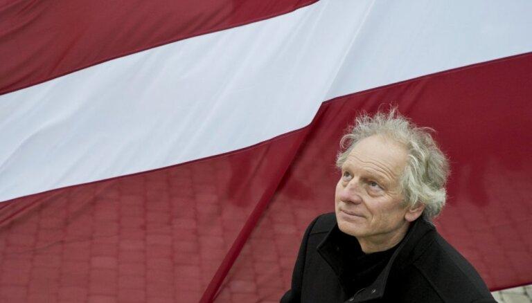 Foto: svinīgā karoga maiņas ceremonija Rīgas pils Svētā Gara tornī