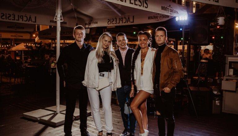 Foto: Aivo Oskis ar draugiem Vecrīgā nosvin jaunas dziesmas iznākšanu